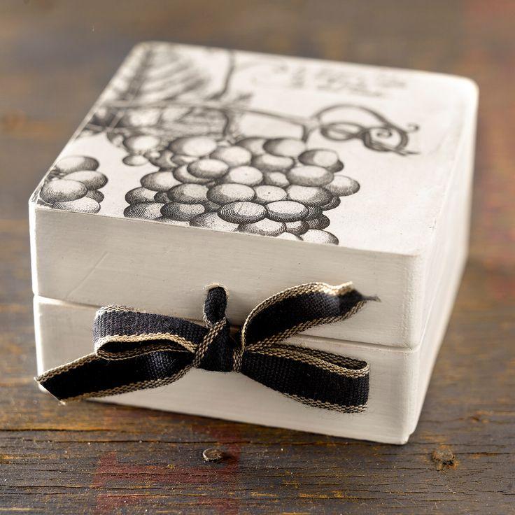 caja pequeña de madera pintada y decorada en decuopage con un acabado desgastado de CAMALEONGOGO en Etsy https://www.etsy.com/es/listing/182847457/caja-pequena-de-madera-pintada-y