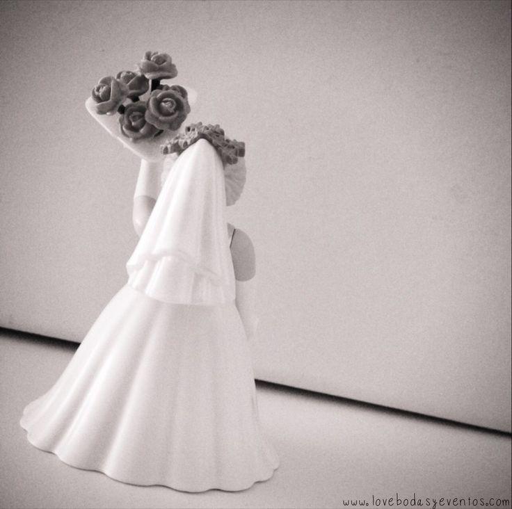 """¡Niñaaaaaaaas! ¡Atentas! ¡Que """"la"""" Joaquina va a tirar el ramo! ¡""""Arrejuntarse""""! ¿Sabéis que significa y de donde viene esta tradición? Allá por la Edad Media, las flores se consideraban un símbolo de fertilidad y buena suerte, por lo que la tradición cuenta, que la novia lo lanzaba a sus amigas, con ese fin...¿tienes pensado lanzar tu ramo? ¿O vas a regalárselo a alguien especial? LOVE www.lovebodasyeventos.com #love #amor #flores #flowers #ramodenovia #weddings #weddingplanner #playmobil"""