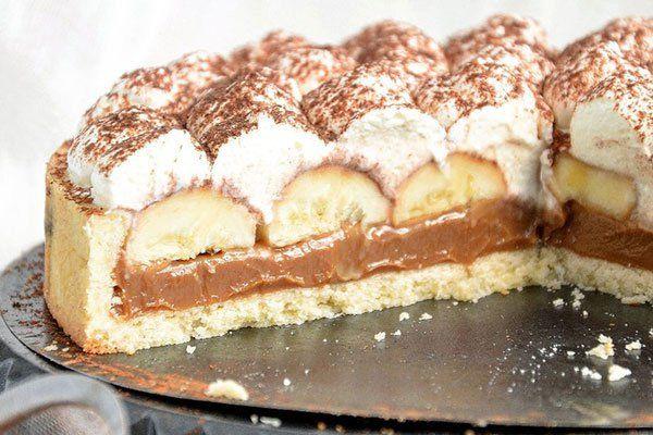 Lahodný koláčik s karamelom, banánom a so šľahačkou.