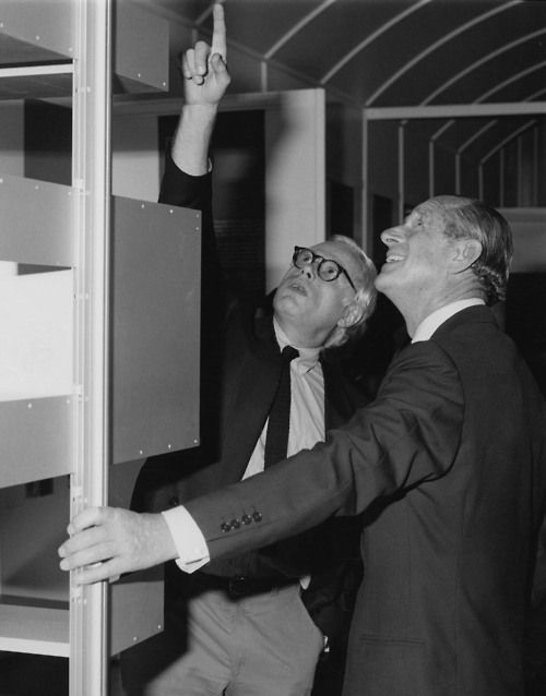 1988: Dieter Rams and Prince Phillip, Duke of Edinburgh, share thoughts on the 606 Universal Shelving System. /1988: Dieter Rams und Prinz Phillip, Duke of Edinburgh tauschen sich über das Regalsystem 606 aus./606 ユニバーサル・シェルビング・システムを前に意見を交わす、ディーター・ラムスとヨーク公・フィリップ殿下。(1988年)