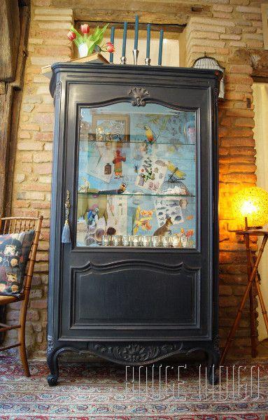 Argentier de Curiosités par Rouge Indigo - Patine sur meuble gris ardoise et bleu pétrole à l'extérieur, bleu à l'intérieur, finition cire noire et incolore. Papier peint NeoDKo finition verni. Eléments de décoration Rouge Indigo. Tapis Merveilles des Arts.