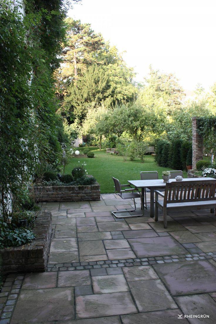 Klassischer Garten in Hinterhof mit Terrasse aus Naturstein und Fassadenbegrünu…