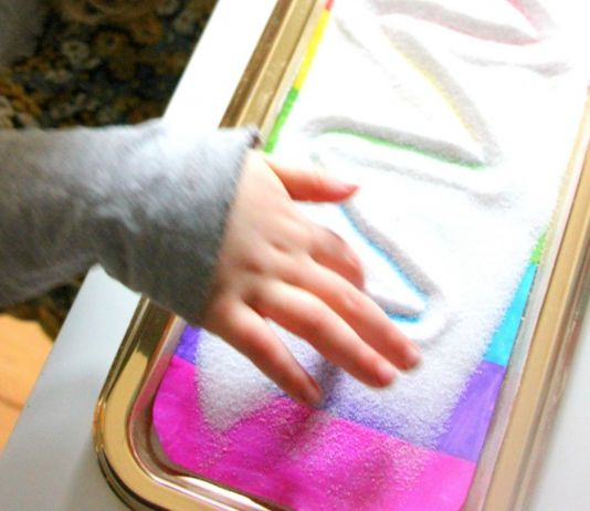 Caixa de escrita sensorial: versão arco-íris!