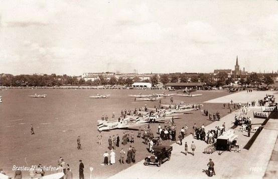 Lotnisko na Gądowie Małym. W tle widoczne Popowice. 1934-1939