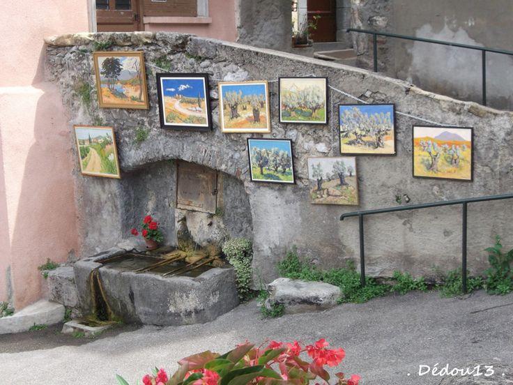 TARASCON SUR ARIEGE   Fontaine sous la rue Nauge, elle est entourée d'oeuvres sur toile, peintes par un artiste du coin.Située en haut de la rue du barry.