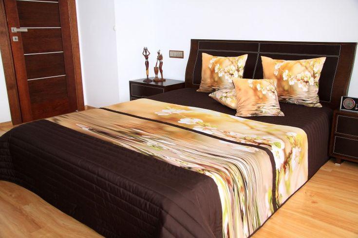 Beżowa narzuta na łóżko sypialniane z kwiecistym konarem