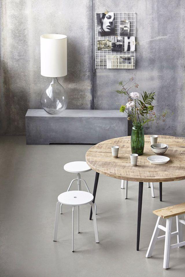 Salle à manger avec un mur dégradé et une petite table ronde en bois