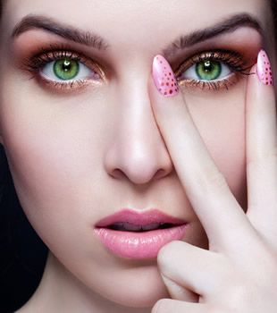 If you have green eyes, try these make up tricks to bring out the best in your eyes. A wonderful way to bring out those stunning green eyes is with the right application, using eye shadow.