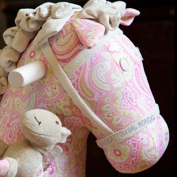 Cavallo a dondolo bianco e rosa LBTM - particolare. http://www.giocattolidalmondo.it/articoli/253/cavallo-a-dondolo-bianco-e-rosa-little-bird-told-me.htm