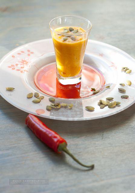 Pumpkin cream-soupЧто потребуется?  - 700 - 800 гр тыквы; - 1 картофелина; - 1 болгарский перец; - 1 маленькая луковица; - 1 красный перец чили; - 1 маленький помидор; - 100г корневого сельдерея; - 50г нарезанного лепестками острого твердого сыра типа пармеджано или грюйер; - мясной или куриный бульон; - 1 зубчик чеснока; - черный перец, соль, тыквенные семечки для украшения.