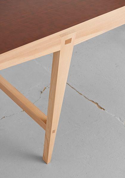 Der Hirsch aus Holz. Besondere Details für einen besonderen Tisch. Handwirkliche Verzapfungen und wohldosierte Winkel.   www.holzgschichten.de - Design: www.ifub.de - Foto: www.thomasstraub.de