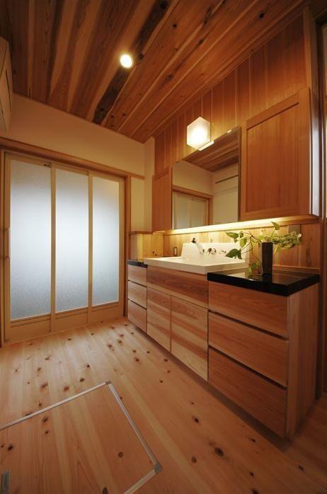 トイレ/バス事例:木の温もり感じる開放的な洗面所(『光陰の家』〜自然素材にこだわった和モダンの家〜)