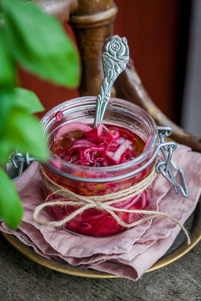 [ Picklad rödlök ] 2 stora rödlökar / 1 msk socker / 1 dl rödvinsvinäger / 2 msk olivolja / flingsalt | Skala och skiva rödlöken i tunna ringar. Blanda socker, rödvinsvinäger, olivolja och salt i en burk. Lägg i den skivade rödlöken och sätt på ett lock. Skaka burken så all lök täcks av lagen. Skaka burken lite då och då. Efter 30 min är löken klar att äta. Förvara burken i kylen, äts löken upp ganska snart går det fint att skiva i ny lök och bara lägga i lagen.
