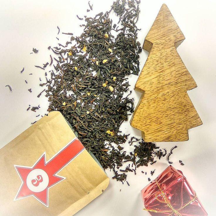 """Hallo liebe Teefreunde   Tag Drei - Türchen Drei heute bei uns zu Gast ein sehr leckerer Schwarzer Tee mit dem Nummer N034 """"Mandeln - Sahne. Im Geschmack wird der Mandel durch die Sahne sehr leicht und engehnem  Macht hoch die Tür die Tor macht weit - Weihnachten  ist Tee Zeit!  Wir wünschen euch allen einen schönen und gemütlichen Abend #tee #teelux #schwarzertee #mandelntee #Mandel #21uhrtee  #чай #чайныймагазин #русскаягермания #русскийберлин"""