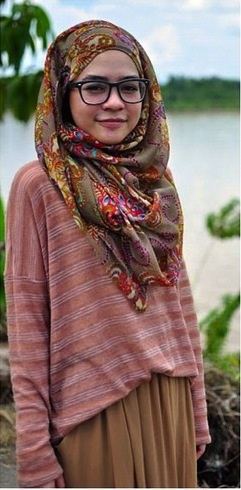 This sloppy casual look makes me smile.  Just easy and modest
