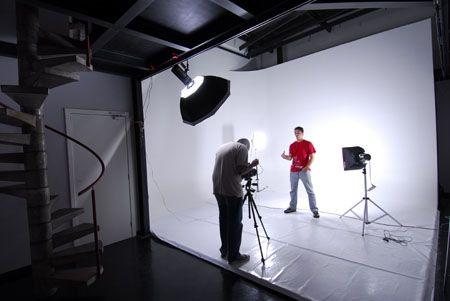 a l'estudi farem bodegons i retrats i estudiarem la llum