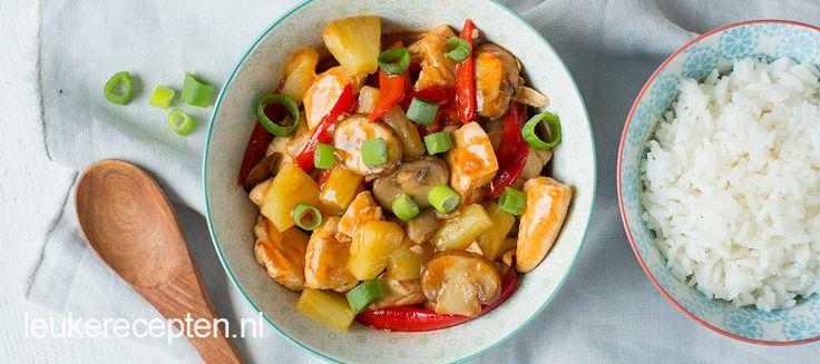 Heerlijk gerecht voor doordeweeks: kip met groente en ananas in een zelfgemaakte zoetzure saus