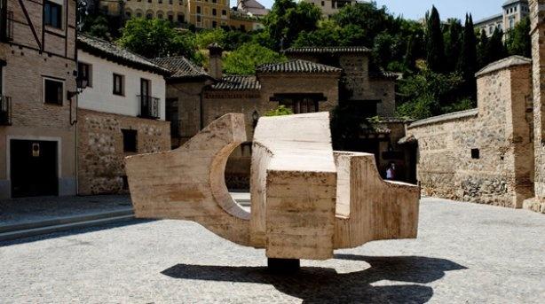 "La escultura ""Lugar de Encuentro V"", de Chillida, en la plaza de Alfonso VI en Toledo."