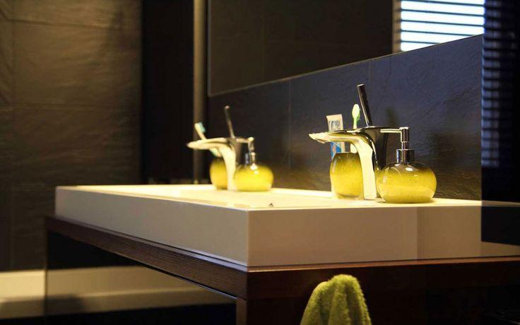 Eleganckie #meble #łazienkowe w brązach i zieleni nawiązujące do stylistyki ZEN. Więcej zdjęć na stronie Mobiliani: http://mobiliani.pl/projekty/meble-lazienkowe-w-brazach/