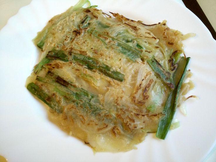 Il pajeon è un pancake coreano fatto con verdure e frutti di mare, accompagnato spesso da bevande alcoliche come birra o vino di riso. Prepariamolo insieme!
