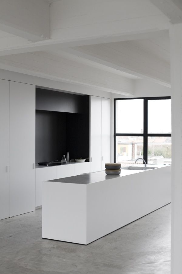 Mustaa ja valkoista keittiössä sekä betonia lattialla