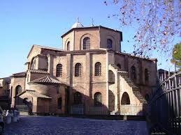 Basilica di San Vitale, fondata nel 532 e consacrata nel 547, mattone a vista, Ravenna. L'edificio è a pianta ottogonale, preceduta un tempo da un quadriportico, ma attualmente solo dall'ardica a forcipe. Doppia entrata: una è in asse con il presbiterio, l'altra sul lato congiunto.