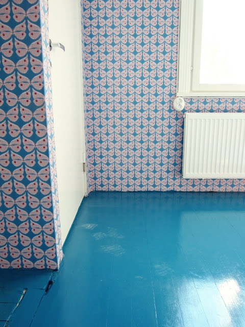 Sininen Perhonen-tapetti (69746) sopii kuin nakutettu turkoosin siniseen lattiaan | Perfect match -  blue Perhonen wallpaper (69746) and turquoise floors | Jotain sinistä Lifestyle Blog |