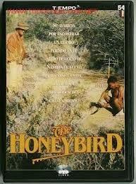 """http://mezquita.uco.es/record=b1391675~S6*spi """"The honeybird"""". Piet du Bois es un minero que va a Namibia a principios del siglo XX a comprar una granja. En su búsqueda, conoce a un bosquimano y a su mujer, a los que seguirá a través del desierto para que le muestren su fuente de agua. Du Bois les compra la tierra y echa a la pareja de allí, sin importarle que la anciana mujer muera de sed. Es entonces cuando el bosquimano saca a la luz una leyenda sobre un fabuloso tesoro escondido."""