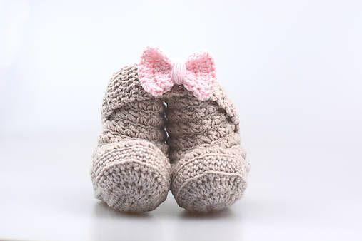 Čelenka a čižmičky pre bábätko sú ručne háčkované z prírodného materiálu - z kvalitnej nórskej extra jemnej béžovej a bledoružovej 100% merino vlny vhodnej pre citlivú detskú pokož...
