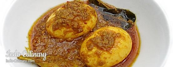 Telor Besengek - Eggs in a spicy yellow sauce