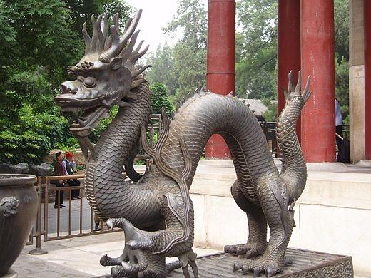 El dragón chino es una criatura mitológica y legendaria de China y de otras culturas orientales que dispone de partes de nueve animales: ojos de langosta, cuernos de ciervo, morro de buey, nariz de perro, bigotes de bagre, melena de león, cola de serpiente, escamas de pez y garras de águila.