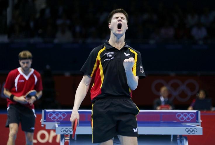 Dimitrij Ovtcharov de Alemania (der.)  luego de derrotar a Michael Maze de Dinamarca en los cuartos de final del tenis de mesa en los Juegos Olímpicos de Londres 2012  el 31 de julio de 2012.