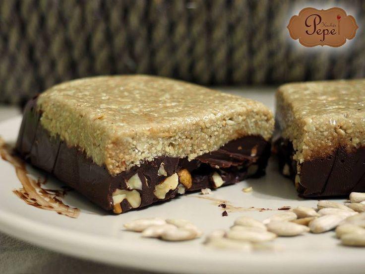Chalva je pochoutka pocházející z orientu a jedna z nejjednodušších sladkostí. Potřebujete pouze 2 suroviny: semínka a sladidlo - nejlepší med :) Já jsem se ji snažil vylepšit s čokoládově-oříškovou hmotou.