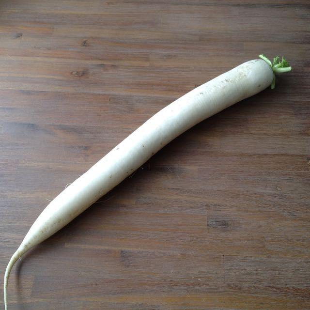 Rettich is een beetje een vergeten groente. Deze licht pittige witte wortel (vergelijkbaar met radijs) is heerlijk in een rettichsalade.