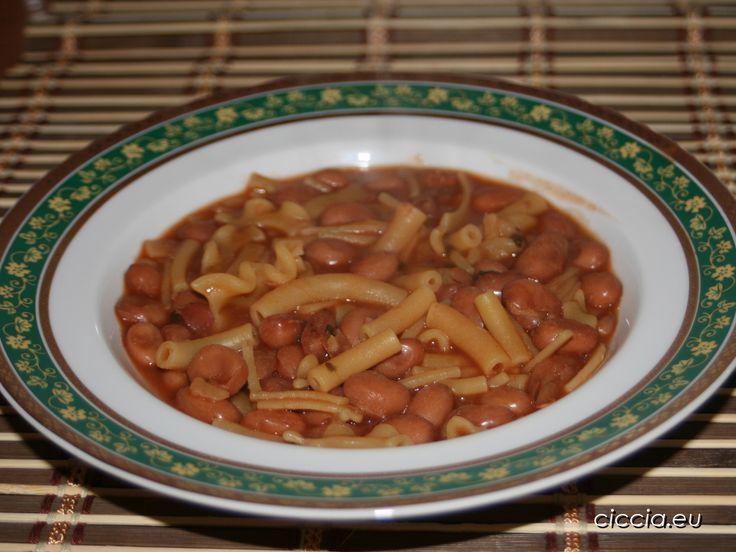 La pasta e fagioli è un piatto tipico della cucina tradizionale italiana, di cui esistono diverse versioni e può essere consumata in qualsiasi stagione perchè è ottima sia calda che fredda.