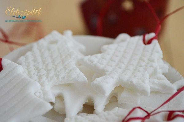 Hófehér, csillogó karácsonyfadíszek, ajándékkísérők házilag – Sötétben világítanak, illatosak | Életszépítők