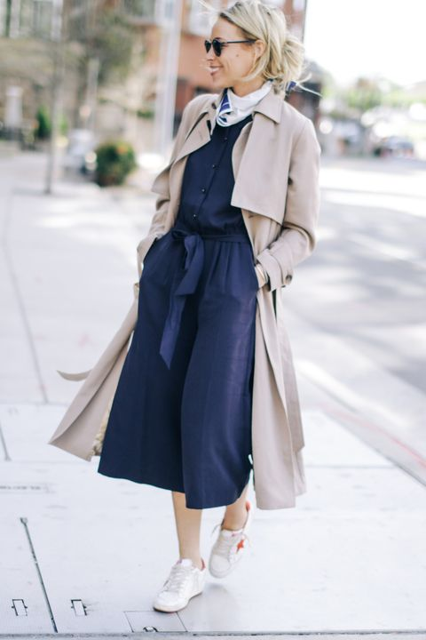 Ponte de nuevo el sayo. Navy blouse+navy culotte pants+whie sneakers+beige trenchcoat+white neck scarf+sunglasses. Spring Casual Outfit 2017