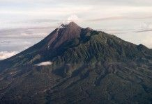Gunung Merapi. Indonesia dilalui oleh lintasan pergerakan tektonik dan gunung api dunia. Kejadian seperti adanya gunung-gunung berapi yang sangat aktif, gempa bumi, naik-turun permukaan bumi, perubahan suhu, kesemuanya memberikan informasi adanya intensitas aktif lintasan cincin api ini.