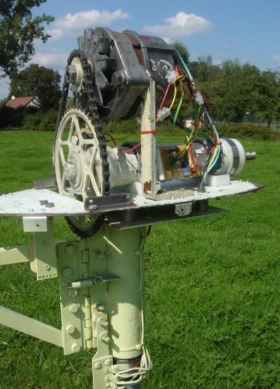 La multiplication de vitesse entre l'hélice et l'alternateur est de 3. Cette multiplication est réalisée grâce à un pédalier et pignon de vélo. Le système de rotation de la nacelle face au vent est basé sur un pivot à bille. L'hélice est montée sur un axe de diamètre 20mm filleté.