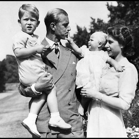 La reine #Elizabeth II deviendra le mercredi 9 septembre le souverain au plus long règne de lhistoire du #RoyaumeUni en battant le record des 63 ans 7 mois et 2 jours de la reine Victoria. Loccasion pour le Royal Blog de retracer lhistoire de Sa Majesté en photos. Premier épisode : les années 1950. Retrouvez l'article et le diaporama sur : http://ift.tt/1tVP0px. Photos :KEYSTONE PICTURES / ZUMA / VISUAL Press Agency #QueenElizabeth #memories #vintage by royal_matcher