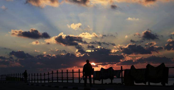 20151210 - Palestino observa pôr-do-sol em praia da Cidade de Gaza. Marcado por conflitos entre israelenses e palestinos, local ganhou belo momento protagonizado pela natureza. PICTURE: Mohammed Abed/AFP
