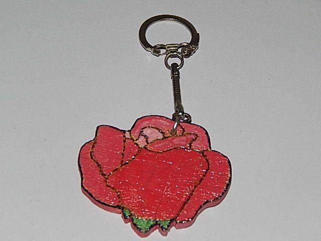 Porte clés bois en forme de rose rouge : Porte clés par creacendre