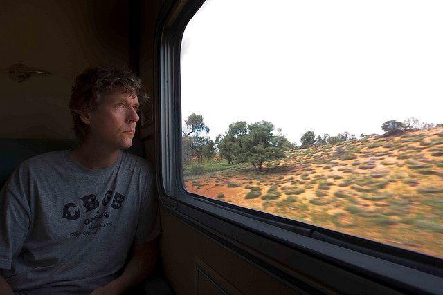 כמעט בלתי אפשרי לחצות את אוסטרליה מדרום לצפון בשלושה ימים, אלא אם כן עושים את זה ברכבת The Ghan, שנוסעת מאדלייד שבדרום לדרווין שבצפון. קשה לחשוב על דרך טובה יותר לערוך היכרות עם המגוון הנופי המרשים של היבשת. הנסיעה בת 2,927 הקילומטרים מתחילה באזור אדלייד הירוק והפורה, ממשיכה דרך המרחבים המדבריים העצומים של הלב האדום של אוסטרליה, באזור אליס ספרינגס; ומסתיימת בדארווין עם הנופים הטרופיים של יערות הגשם. כרמים, מדבריות, הרים, יערות, קניונים וגם הרבה קנגורו הם חלק ממה שרואים לאורך הדרך.