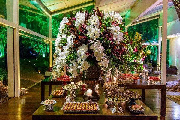 Tons de marsala em uma festa com orquídeas da época, muitas folhagens e composições bem orgânicas de arranjos florais. Este foi o pedido dos noivos para as decoradoras Fernanda Rocco e Tatiana Gane…