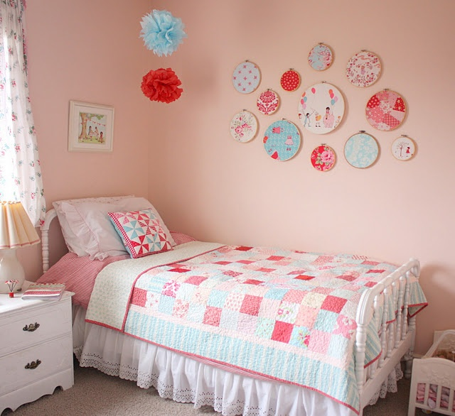This is a very cute and simple idea.: Quilts Blog, Wall Decor, Aqua Fabrics, Fabrics Hoop, Little Girls Rooms, White Bedrooms, Colors Schemes, Embroidery Hoop, Kids Rooms