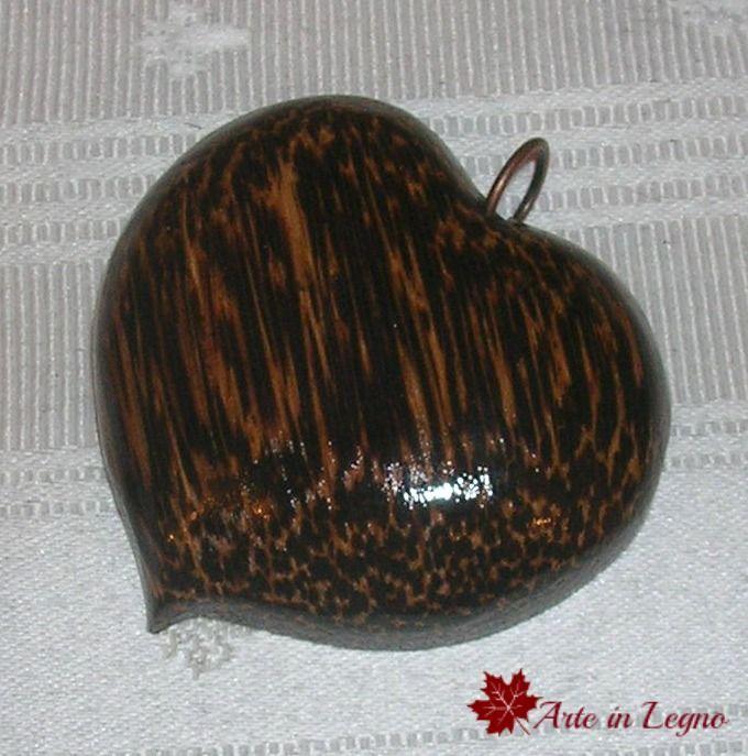 Ciondolo a cuore in legno di palma nera By Arte in Legno
