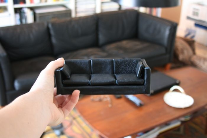 ~ diy miniature sofa tutorial ~ little box, cover in foam + fake leather / any favorite fabric + tiny foam cushions + cover + stick together.