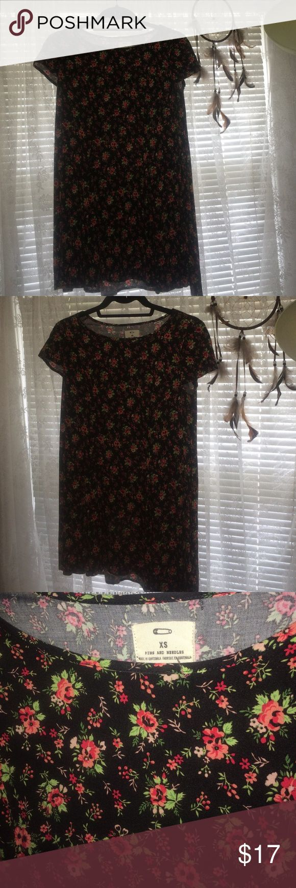 Pins and Needles Floral Shift Dress Size XS, this adorable Pins and Needles dress from Urban Outfitters is a must for the hot August weather! The dress is oversized, made with a light and airy fabric! Urban Outfitters Dresses Mini