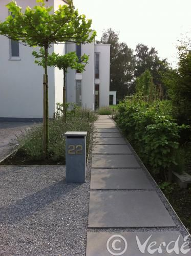 graphic lines contemporary #entrance modern #postbox || Verdé Tuinarchitectuur: