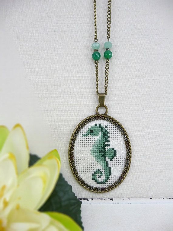 Aqua Verde Seahorse punto croce, collana Seahorse cucita, Gioielli punto croce, Cavalluccio marino ciondolo verde, collana di ricamo